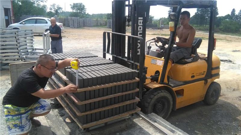 中秋节水泥砖机安装员坚守岗位第一线