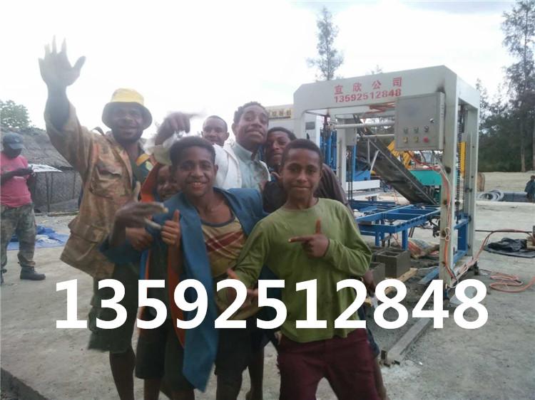 巴布亚新几内亚当地砖厂员工与宜欣5-15水泥免ysb288易胜博官网机合影