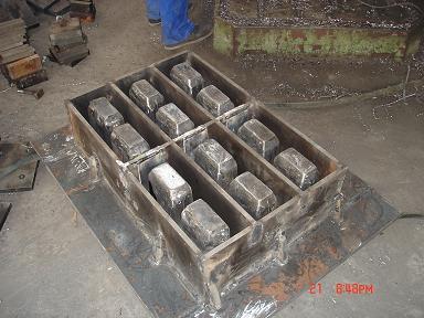 工人师傅加班加点为内蒙古客户赶制空心砖模具